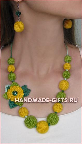 Комплект серьги и бусы вязаные Изумрудное лето - купить сережки и бусы желто-зеленого цвета ручной работы