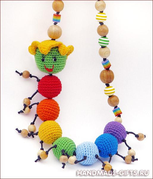 купить слингобусы, вязаная гусеничка, вязать слингобусы, кормительные бусы, мамабусы, вязаные игрушки, вязаные бусы с игрушкой